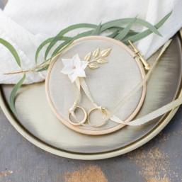 Tambour porte alliances en lin avec jolie fleur et ruban
