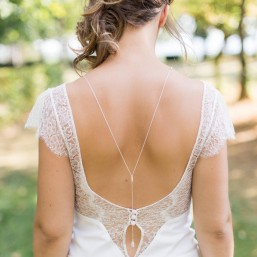"""Elina"" Collier de mariée avec bijou dos nu  et  barrette strassée"
