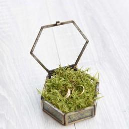 Boîte à alliances hexagonale en verre et laiton doré