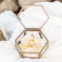 Boîte à alliances hexagonale en verre et laiton