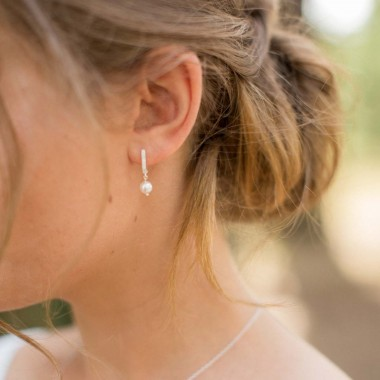 https://www.latelierdesylvie.com/1911-thickbox/malvina-boucles-d-oreilles-en-strass-avec-une-perle-nacree.jpg