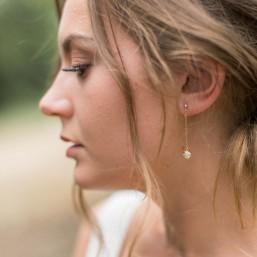 """""""Novella"""" Boucles d'oreilles pendantes perle nacrée et petite coupelle fleur"""