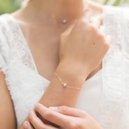 """""""Novella"""" Bracelet de mariée avec perle nacrée et petite coupelle fleur"""
