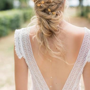 """""""Novella"""" Collier bijou de dos avec perles nacrées et petites coupelles forme fleurs"""