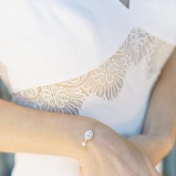 """Essia"" Bracelet de mariée avec serti en cristal et perle nacrée"