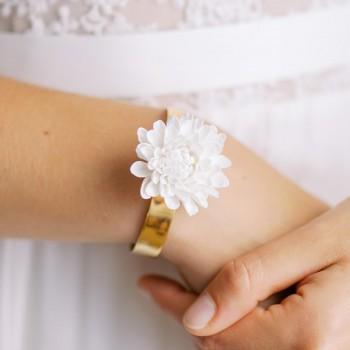 """""""Rima"""" Bracelet manchette avec marguerite en porcelaine"""