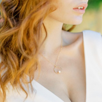 """""""Marina"""" Collier de mariée avec pendentif rond, perle nacrée et petit pendant sur l'arrière"""