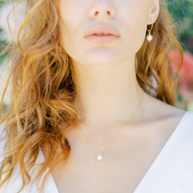 https://www.latelierdesylvie.com/2368-thickbox/navia-collier-de-mariee-avec-pendentif-perle-nacree.jpg