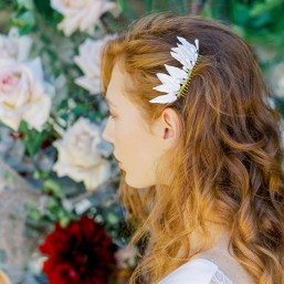 """""""Calia"""" Peigne de mariée avec jolies feuilles et pistils en porcelaine"""