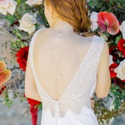 """""""Essia"""" Collier bijou de dos avec pendentifs cristaux et perles nacrées"""