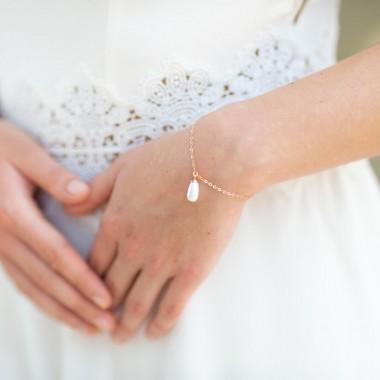 https://www.latelierdesylvie.com/2633-thickbox/mia-bracelet-de-mariee-avec-goutte-nacree-pendante.jpg