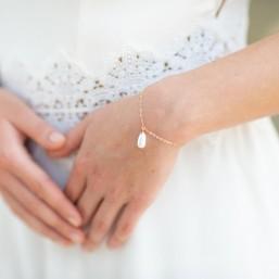 """""""Mia"""" Bracelet de mariée avec goutte nacrée pendante"""