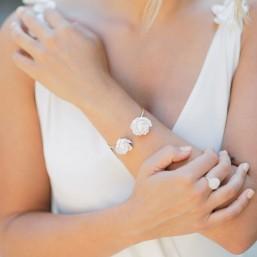 """""""Camila"""" Bracelet de mariée avec jolies pivoines en porcelaine."""