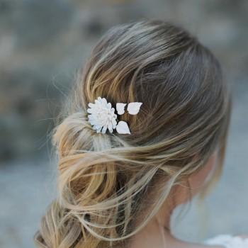 """""""Maïna"""" Peigne de mariée avec jolie marguerite et feuilles en porcelaine"""