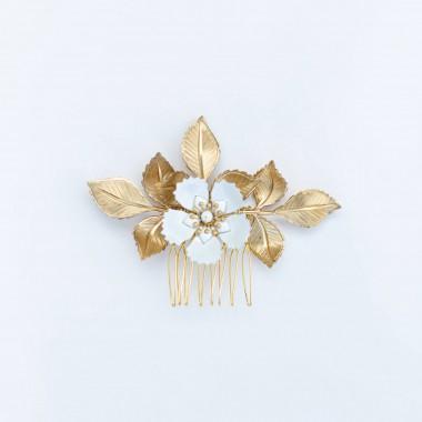 https://www.latelierdesylvie.com/2826-thickbox/barbara-peigne-de-mariee-avec-feuillages-en-laiton-et-fleurs-blanches-emaillees.jpg