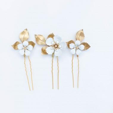 https://www.latelierdesylvie.com/2881-thickbox/barbara-pics-en-trio-pour-coiffure-de-mariee-avec-feuillages-en-laiton-et-fleurs-emaillees-.jpg